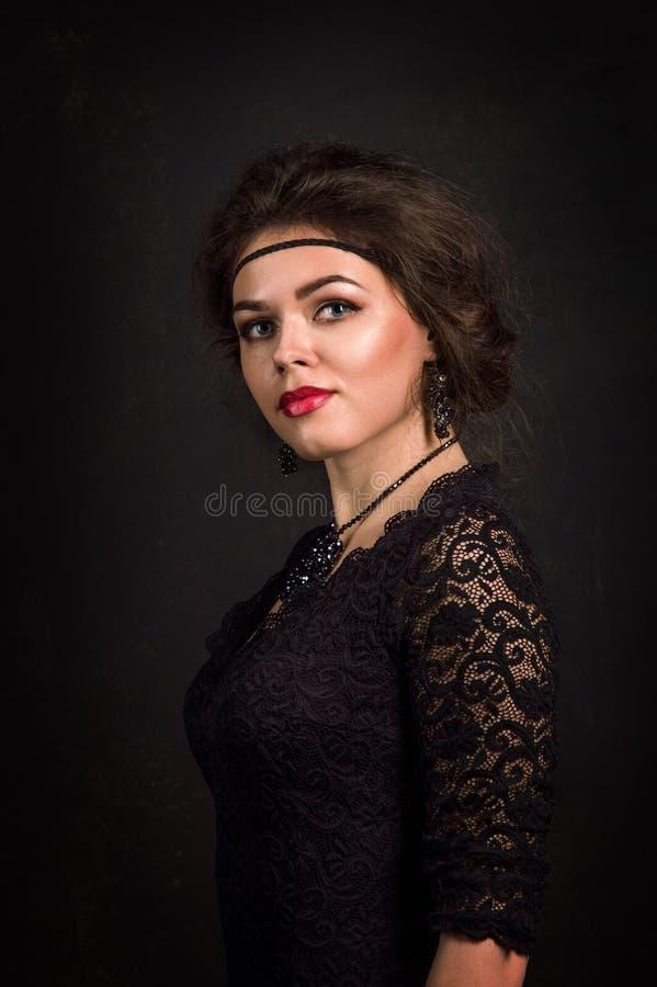 Años 20 del rugido Retrato de la mujer en el estilo de Gatsby Mirada de la cámara Mujer joven hermosa en miradas románticas de un fotografía de archivo libre de regalías