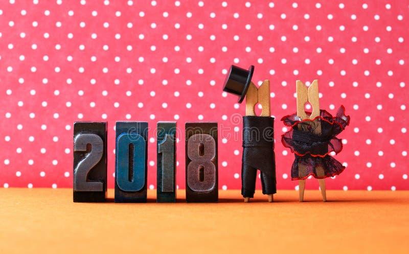 2018 años en cartel del partido del amor Prepare el sombrero negro del traje, vestido rojo negro de la novia Caracteres de las pi imagenes de archivo