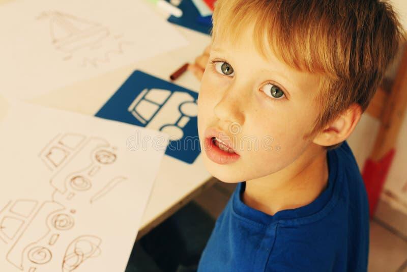 6 años lindos del muchacho foto de archivo