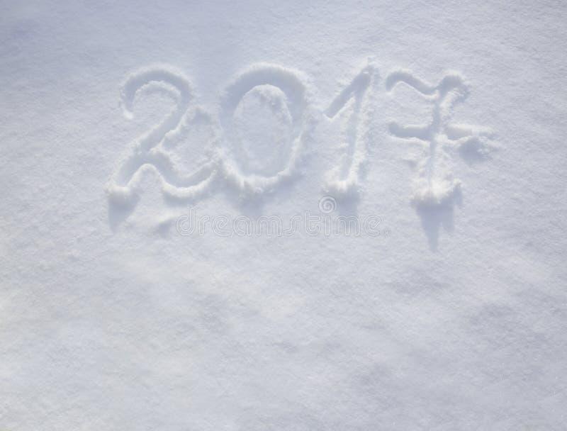 Años Nuevos de fecha 2017 escrita en nieve foto de archivo