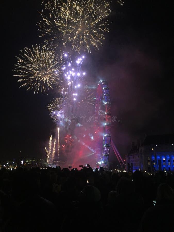 Años Nuevos de fuegos artificiales de Londres en el ojo imagen de archivo libre de regalías