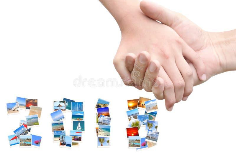 2018 Años Nuevos Dos mil dieciocho El sostenerse de las manos del hombre y de la mujer Amistad y amor Los números se hacen de un  imagenes de archivo