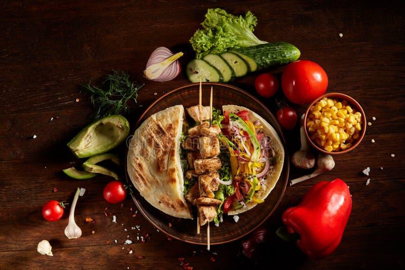 Aún slife exótico con la pita, las verduras frescas y kebab sobre el fondo de madera, foco selectivo imágenes de archivo libres de regalías