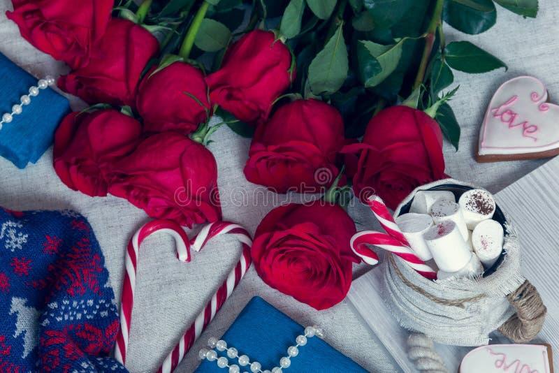 Aún vida acogedora para el día del ` s de la tarjeta del día de San Valentín del St con las rosas y los regalos imágenes de archivo libres de regalías