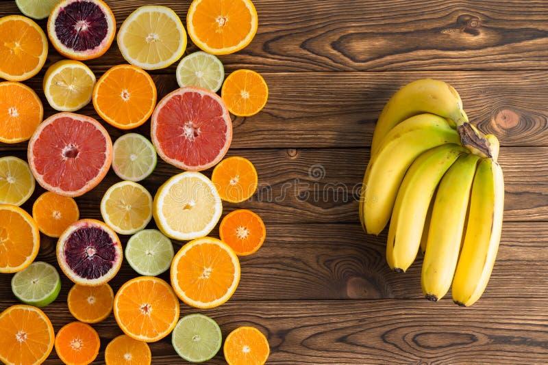 Aún vida colorida de los agrios y de los plátanos fotografía de archivo libre de regalías
