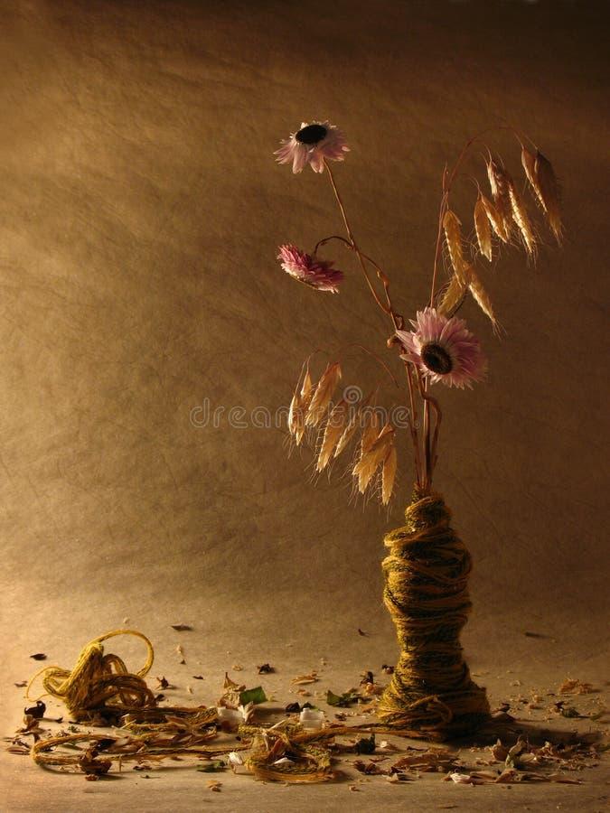 Aún vida colorida de muchas flores, cosecha del otoño, cosechas Paja y flores color de rosa con las secuencias en el papel pintad foto de archivo libre de regalías