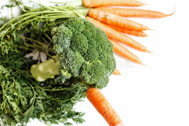 Aún vida comestible El bróculi y las zanahorias están en el verde foto de archivo