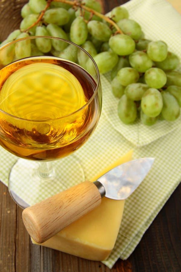 Aún-vida con el vino blanco de las uvas fotos de archivo libres de regalías