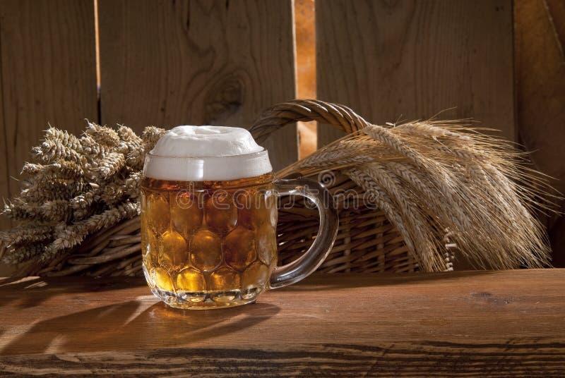Aún-vida con la cerveza imagenes de archivo