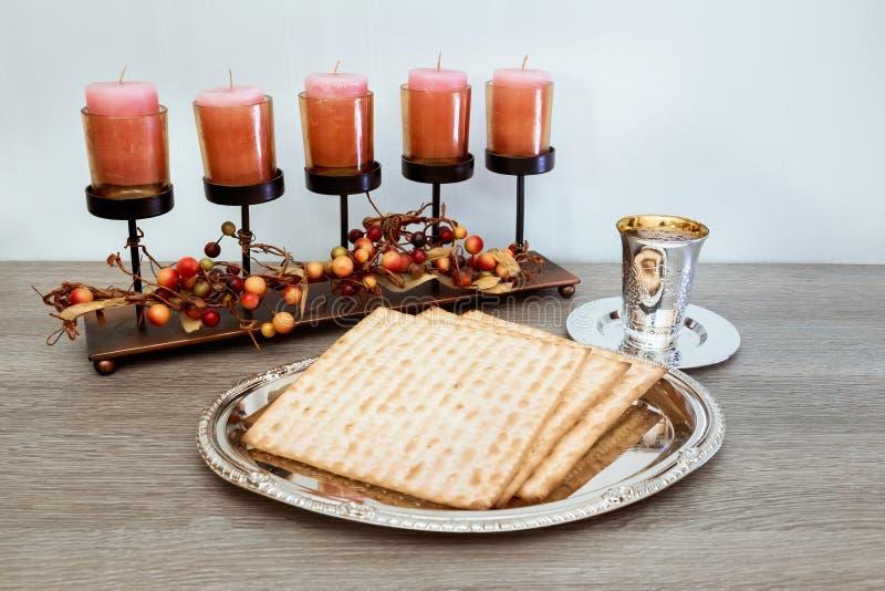 Aún-vida con pan judío del passover del vino y del matzoh imagen de archivo libre de regalías