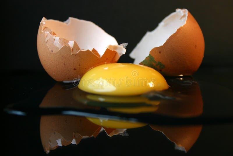 Aún-vida con un huevo quebrado II imagenes de archivo