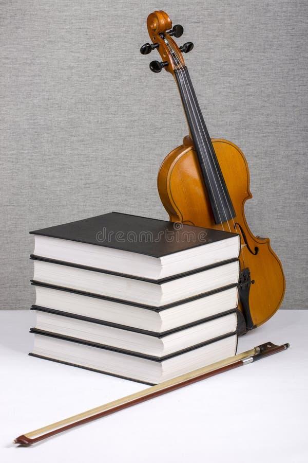Aún-vida con una pila de libros y de un violín foto de archivo libre de regalías