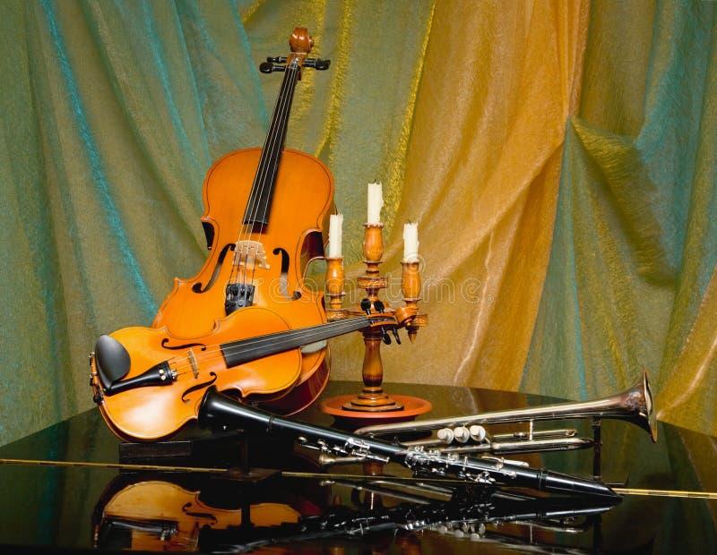 Aún-vida de un violín y de otros instrumentos foto de archivo libre de regalías