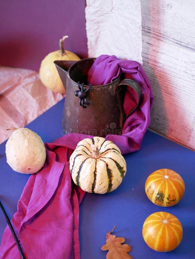 Aún vida decorativa estacional de calabazas, tela púrpura, araña negra del plasticine fotos de archivo libres de regalías