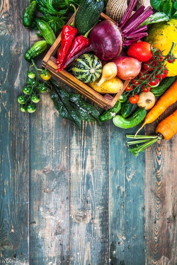 Aún-vida del otoño de las verduras frescas de la cosecha en viejo fotografía de archivo