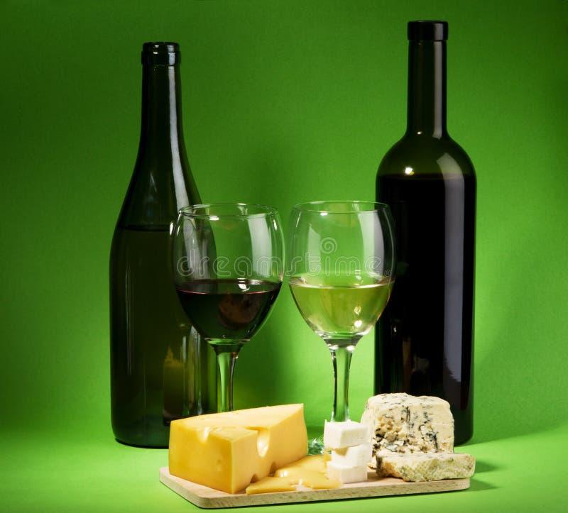 Aún-vida del vino y del queso fotografía de archivo