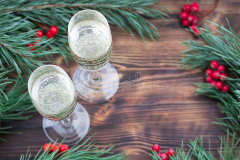 Aún-vida estacional de la Navidad con el chamán, ramas del pino, rojas foto de archivo