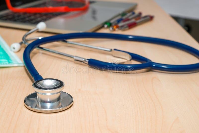Aún vida médica con el teclado en la tabla de madera fotografía de archivo libre de regalías