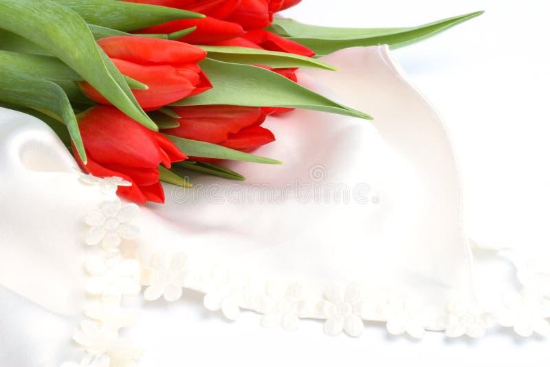 Aún-vida romántica con los tulipanes rojos imagen de archivo libre de regalías
