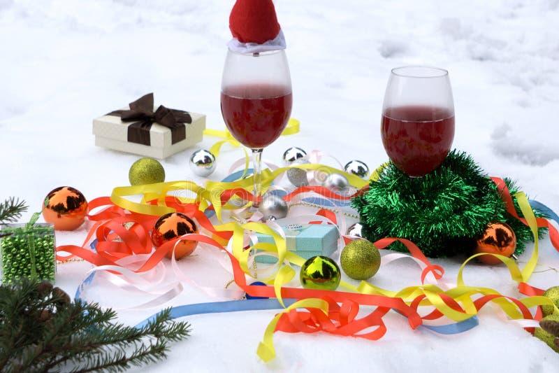 Aún-vida tradicional rústica de la Navidad con el vino y las frutas estacionales fotografía de archivo