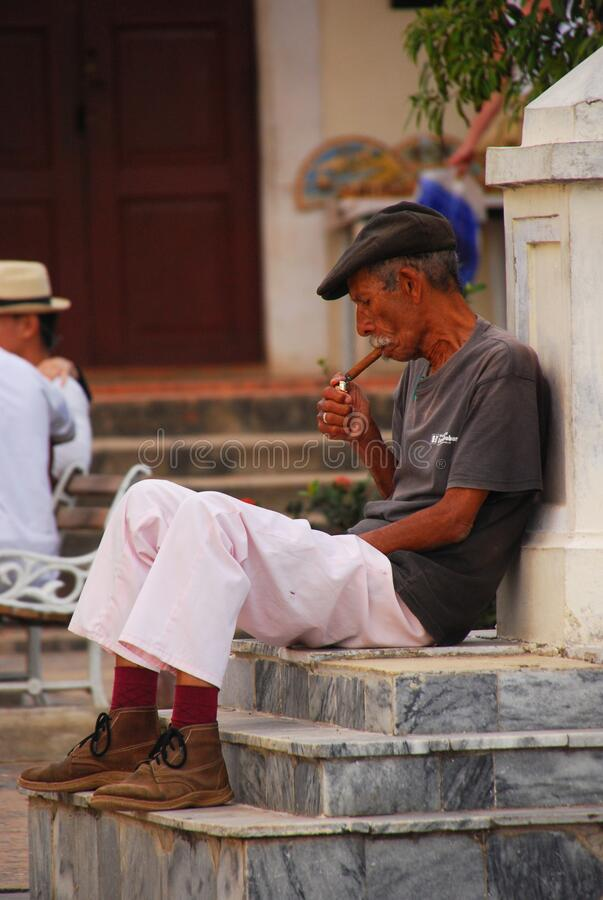 Free A Cuban Elderly Old Worker Lighting Up His Cigar In Cuba Stock Photography - 172654512