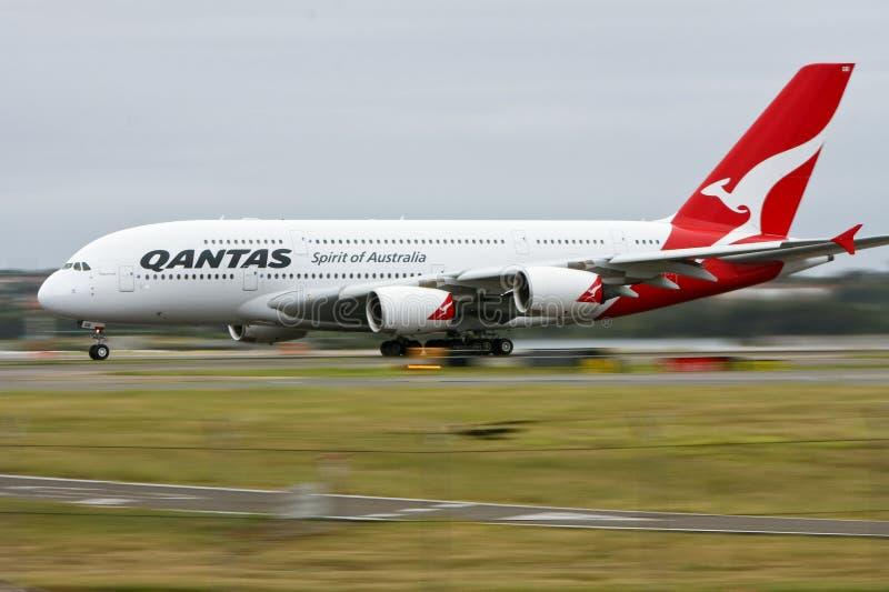 a380空中巴士行动qantas跑道 免版税图库摄影
