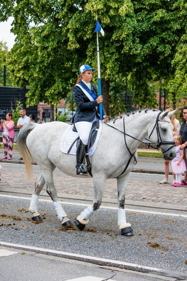 AABENRAA DANMARK - JULI 6 - 2014: Deltaganderyttare i en medeltal arkivbild