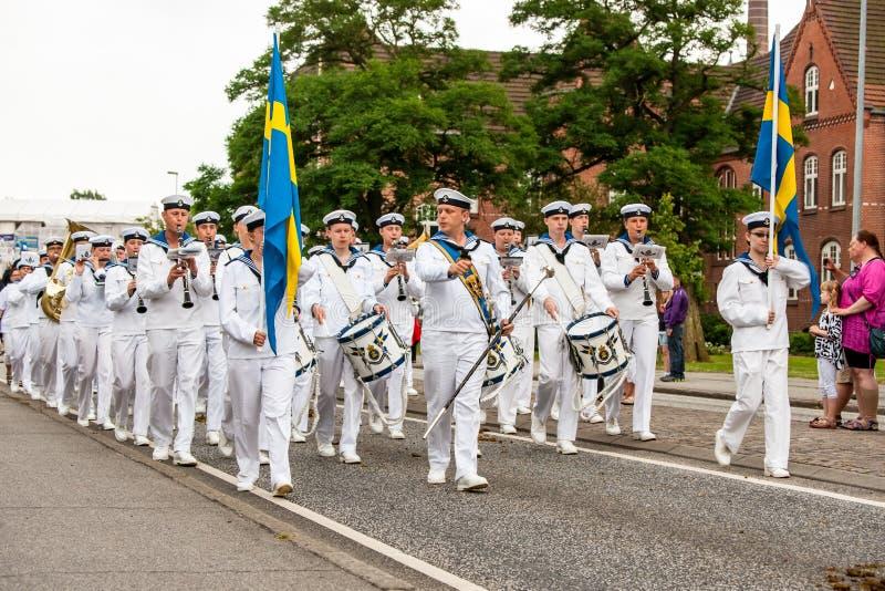 AABENRAA DANMARK - JULI 6 - 2014: Svensk tambourkår på PA royaltyfria foton