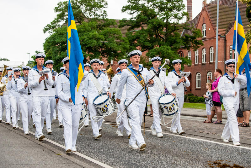 AABENRAA DANMARK - JULI 6 - 2014: Svensk tambourkår på PA arkivfoton