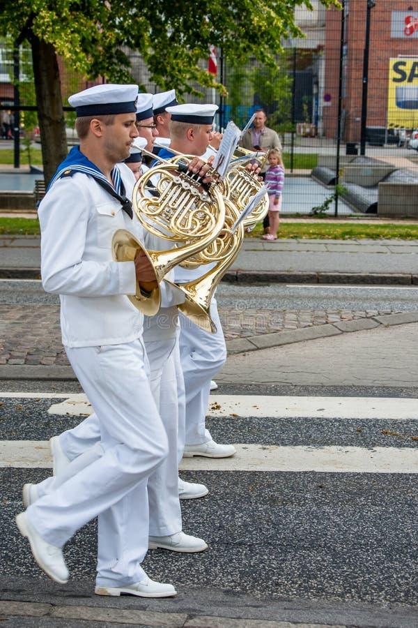 AABENRAA DANMARK - JULI 6 - 2014: Svensk tambourkår på PA arkivbild