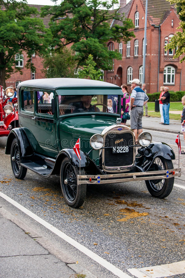 AABENRAA, DENMARK - JULY 6 - 2014: Veteran car at a parade at th. E annual tilting festival in Aabenraa stock photography