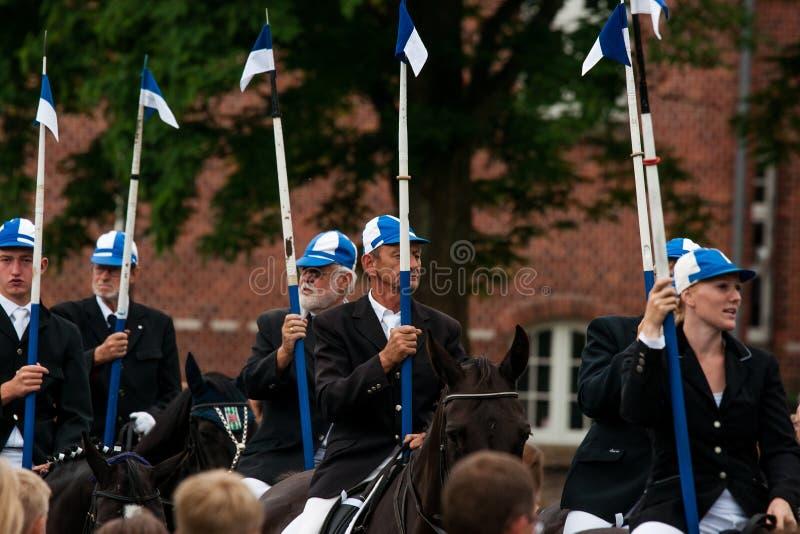 AABENRAA, DINAMARCA - 6 DE JULHO - 2014: Cavaleiros de participação em uma paridade fotos de stock royalty free