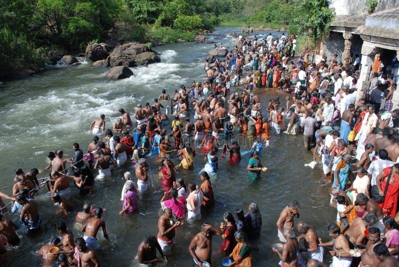 Aadi amaavaasai节日papanasam tamilnadu印度 免版税图库摄影