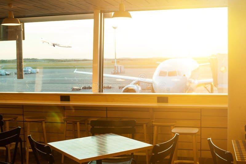Aairport fora da cena da janela, esperando o voo Aviões estacionados no aeroporto através da janela da porta imagem de stock royalty free