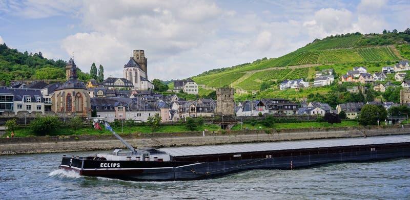 Aak die voorbij middeleeuws dorp op de Rijn-Rivier reizen stock foto