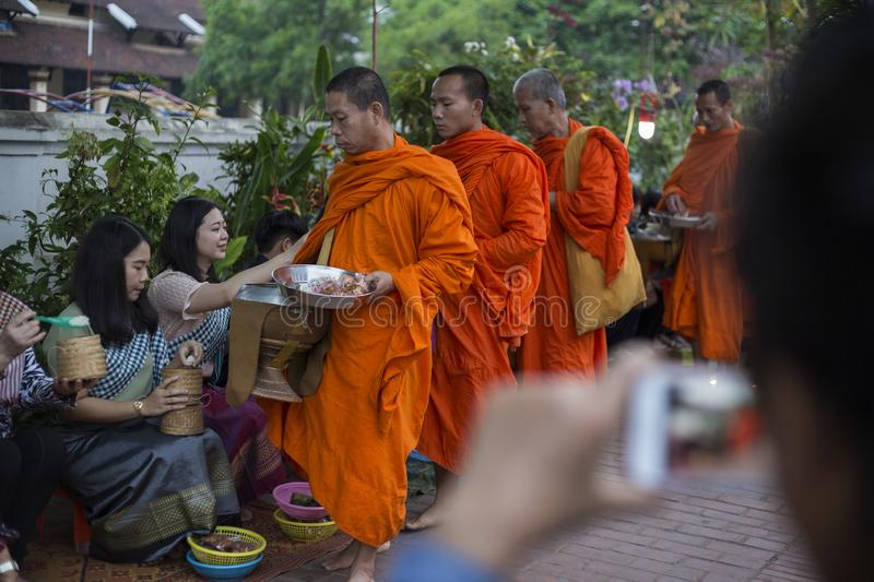 Aalmoes die Ceremonie in Luang Prabang, Laos geven stock foto