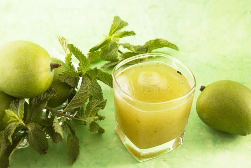 Aam Panna o succo verde salato del mango immagini stock