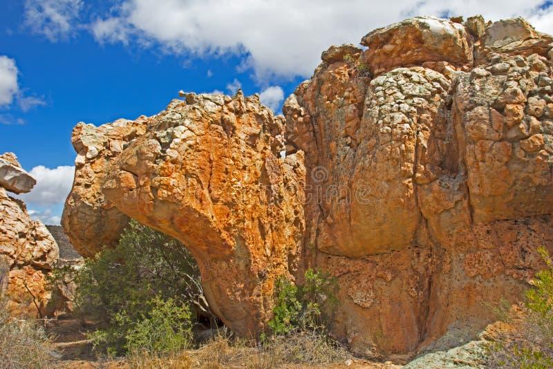 Aambeeld gevormde roest gekleurde rots stock fotografie