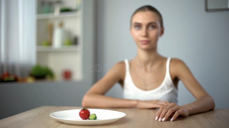 Aan anorexie lijdend meisje die bewust streng dieet, geestelijke ziekte, het verhongeren lichaam kiezen stock afbeelding