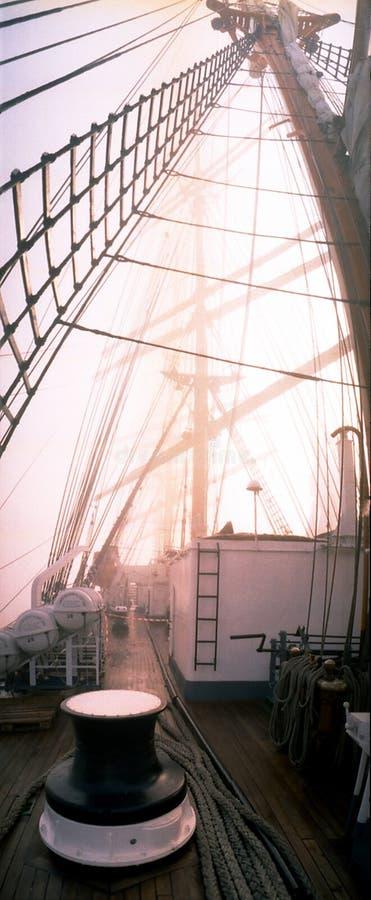 Aan boord van vier-masted bark lang schip die in dichte mist in het midden van de noordelijke Atlantische Oceaan afdrijven royalty-vrije stock foto