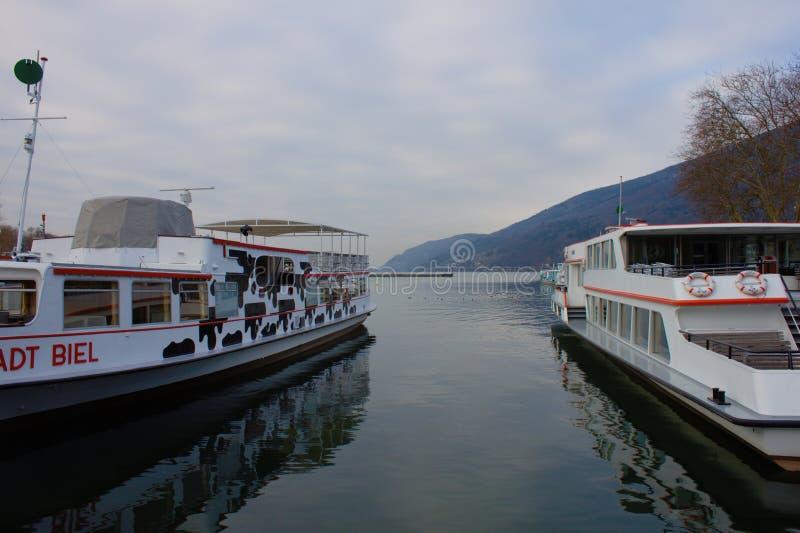 Aan boten in de haven van Biel Bielersee Schifffahrts Gesellschaft tijdens de winteronderbreking royalty-vrije stock afbeeldingen