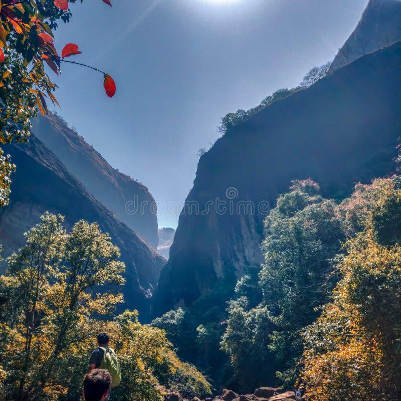 Aan de bergen royalty-vrije stock afbeelding