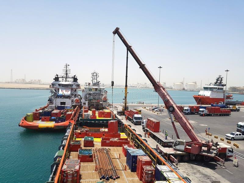 Aan de gang zijnde de leveringsschip die aan boord van ladingsverrichtingen voor zeeplatforms werken Olie en Gas de industrie met royalty-vrije stock afbeelding