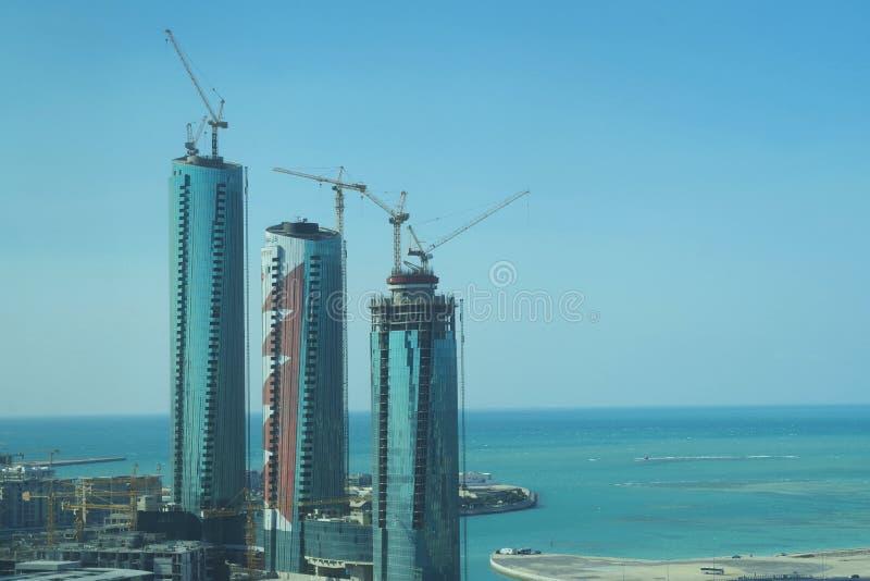 Aan de gang zijnde ontwikkelingsproject, drie lange buidings in aanbouw royalty-vrije stock afbeeldingen
