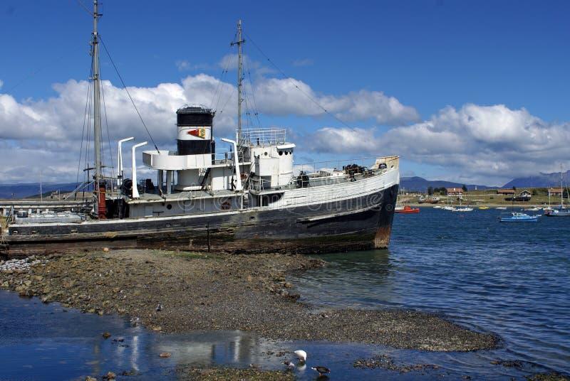 Aan de grond gezete die sleepbootboot in Ushuaia-Haven wordt verlaten royalty-vrije stock afbeelding