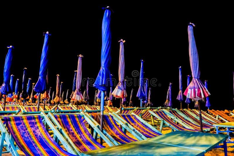 Aan de kant van Bangsaen-strand laat bij nacht stock afbeelding