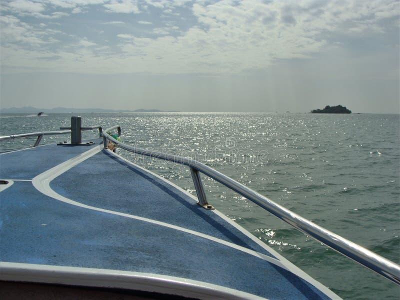 Aan het eiland over het overzees royalty-vrije stock foto's