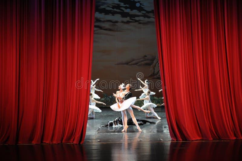 Aan het eind van de spel-laatste scène van Zwaan meer-Ballet Zwaanmeer royalty-vrije stock foto