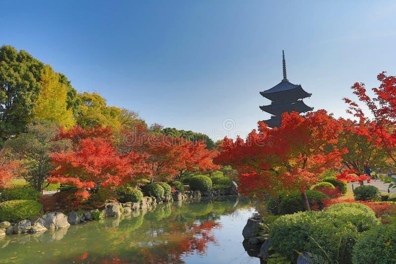 Aan-ji-Pagode in Kyoto, Japan tijdens het dalingsseizoen royalty-vrije stock afbeeldingen