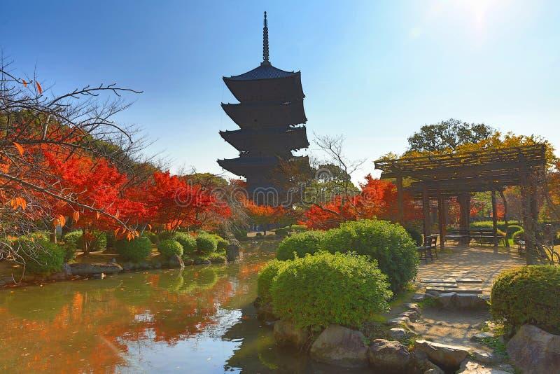 Aan-ji-Pagode in Kyoto, Japan tijdens het dalingsseizoen stock afbeelding
